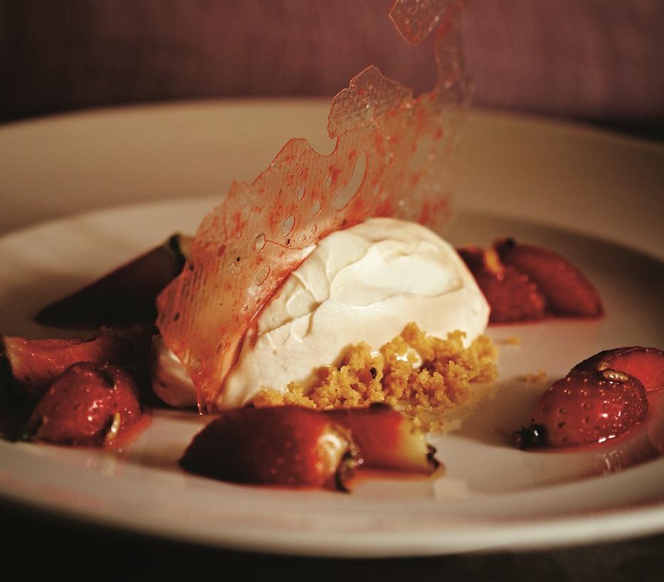 Shrikhand Cheesecake with Fennel- & Coriander- Strawberries_
